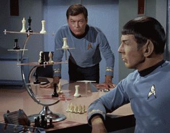 Spock et Kirk devant un échiquier tridimensionnel