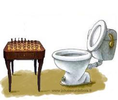 Table d'échecs en bois devant toilettes ou wc (chiottes). Représente 'addiction au jeu d'échecs. Chess addict