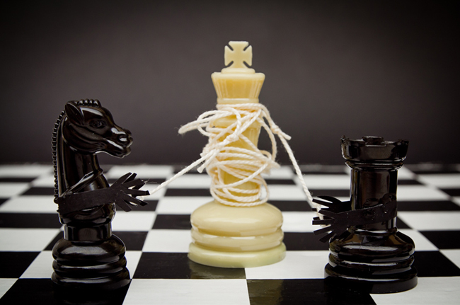 Echec et mat. Un cavalier et une tour noire ficellent un roi blanc qui ne peut plus bouger.