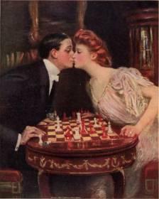 Un homme embrasse une femme au dessus d'un jeu d'échecs posé sur un petit guéridon rechement orné.