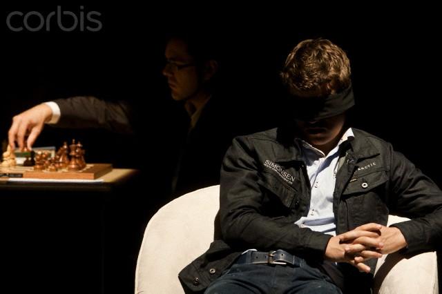 Jeu d'échecs à l'aveugle. 24 Novembre 2012, Mexique (Xinhua) Magnus Carlsen les yeux bandés contre le cubin Lazaro Bruzon Festival international d'échecs : UNAM 2012