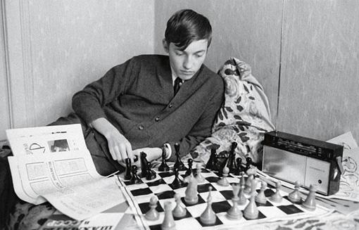 Karpov jeune joue aux échecs sur son lit