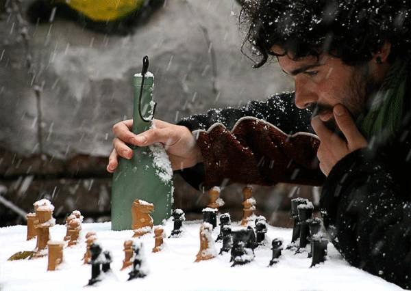 Echiquier enneigé, joueur d'échecs avec bouteille d'alcool