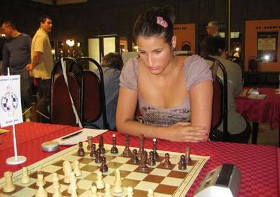 Andjelija Stojanovic, un décolleté osé et indécent
