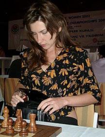 Maria Manakova, la belle serbe laisse entrevoir ses hanches nues