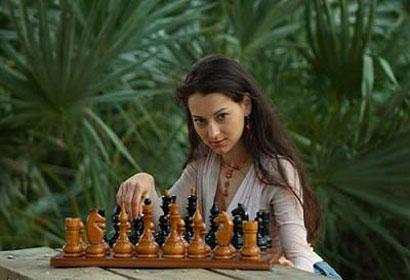 La belle Alexandra Kosteniuk, près d'une forêt luxuriante