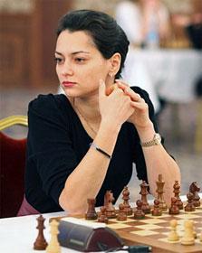 Alexandra Kosteniuk, les mains croisées, la belle russe est déterminée