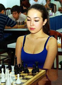 Shahnoza Sabrinova, l'ouzbekistienne joueuse d'échecs à la poitrine généreuse