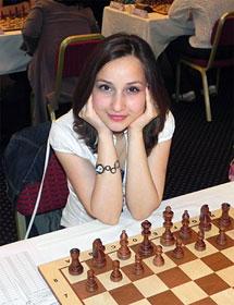 Sopiko Guramishvili, ravissante, la tête entre les mains