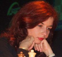 Femme rousse qui réfléchit