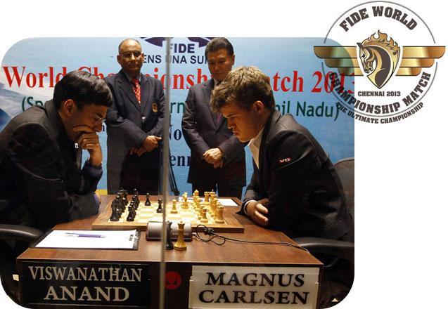 Championnat du monde d'échecs 2013. L'Indien  Viswanathan Anand affronte le Norvégien Magnus Carlsen. Les deux joueurs sont face à face en costar cravate et réfléchissent.