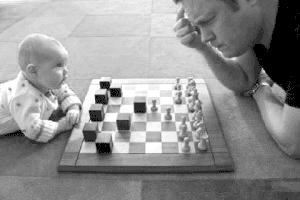 Bébé qui joue aux échecs. Baby chess