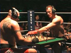 Boxeurs qui jouent aux échecs qur un ring, mach de boxe