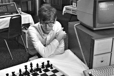 Jeu d'échecs ordinateur. Joueur joue seul, regard coupable de chien battu