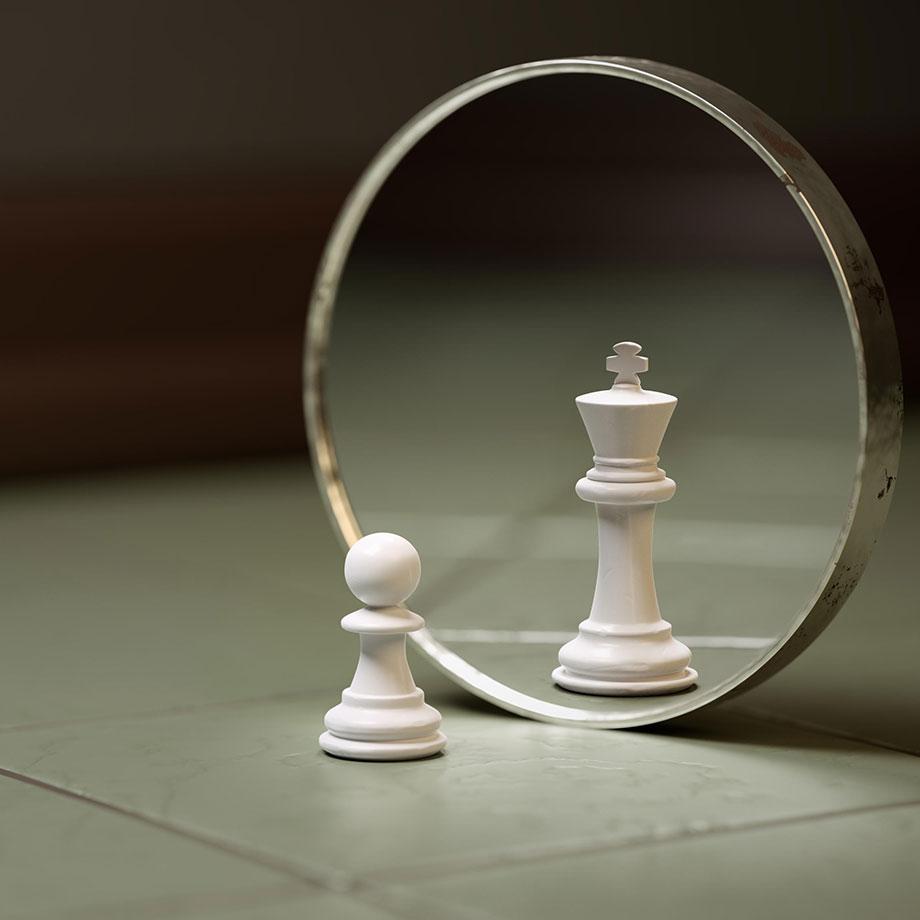 Jeu d'échecs : Un Pion se regarde dans un miroir. Son reflet est un Roi