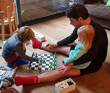 Felix Albers joue au Paco Sako avec ses deux enfants