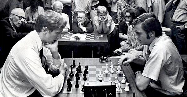 Rassemblement autour de Bobby Fischer et Andrew Soltis au Manhattan Chess Club -1971