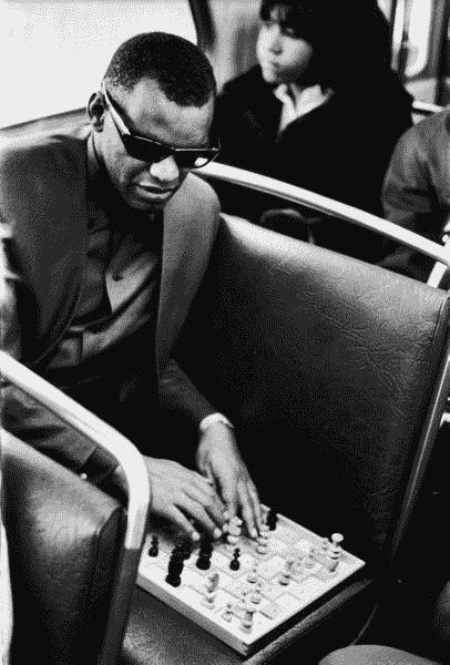 Ray Charles en train de jouer aux échecs à l'aveugle sur un échiquier en braille dans le bus