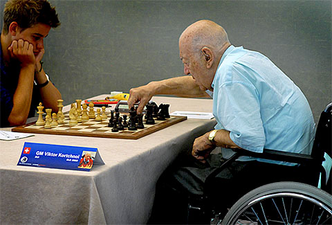 Vieux joueur d'échecs, personne agée jouant aux échecs (Korchnoi)